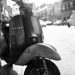 Old Matte Vespa oleh thericyip
