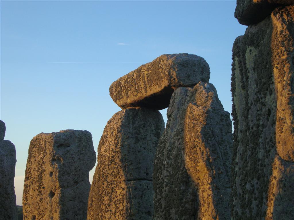 El color rojizo del sol durante el sunset refleja en los monolitos ... el sol se despide del día más largo del año Stonehenge - 5065150619 b3bdb327a6 o - Stonehenge, el mágico día del Solsticio