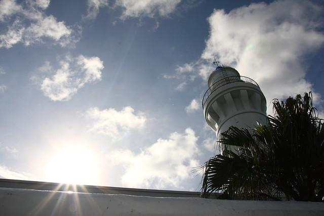 雪白色的灯塔矗立在观音乡之海岸
