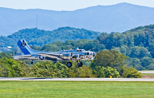 summer usa mountains canon silver nose tennessee landing b17 engines landinggear sullivan bomber panning flyingfortress caf pinup noseart xsi sentimentaljourney groundcrew bettygrable b17g blountville 55250 chinturret tricitiesregionalairport