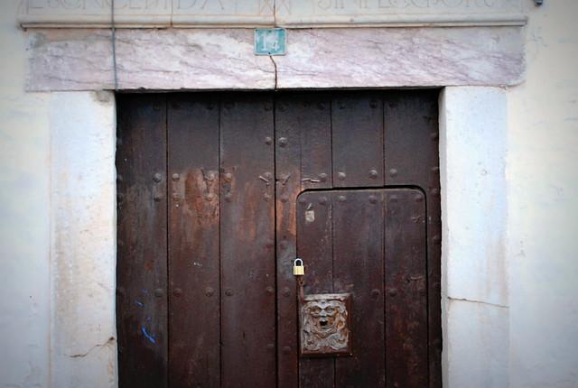 Puerta con cerradura de madera flickr photo sharing for Puerta plegable con cerradura