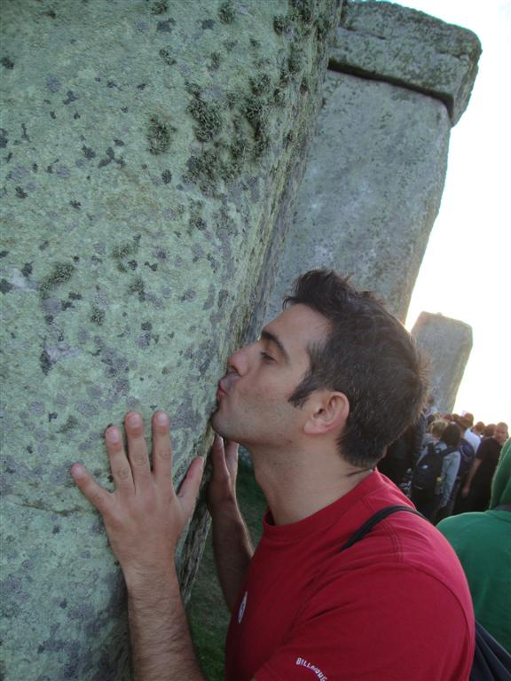 Teniendo la gran oportunidad de dar un beso a las piedras Stonehenge - 5065151809 d6bf619198 o - Stonehenge, el mágico día del Solsticio