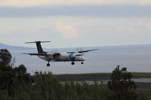 Bombardier Dash 8 approaching Horta 170615_330