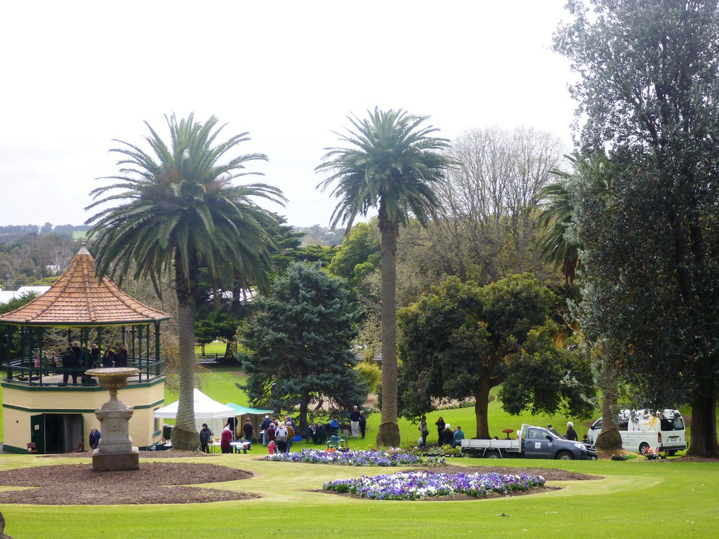 crowds arrive at the gardens open day