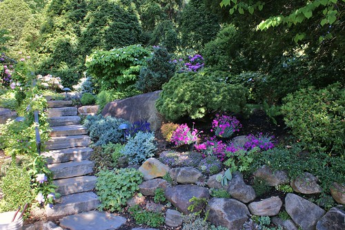 Cottage garden btbal3 front yard gates rock garden on for Hillside rock garden designs