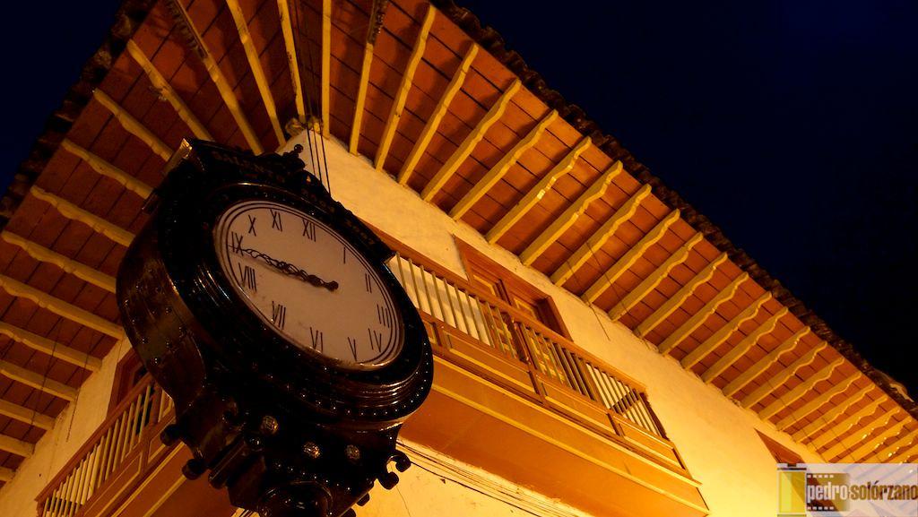 Imagen del reloj en el centro del pueblo