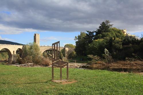 Cadira per mirar el pont de Besalú