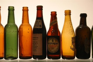 Botellas y tipos de cervezas Guinness históricas de su museo Guinness Storehouse de Dublín - 5175393073 a636055283 n - Guinness Storehouse de Dublín