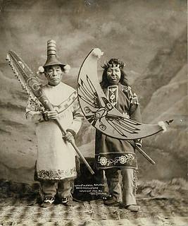 Tlingit-Mann und Frau in traditionel ...