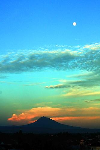 sunset moon sumatra indonesia banda rising volcano full aceh saree bulan besar sigli pidie atjeh jantho seulawah