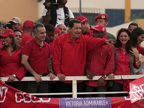 Hugo Chávez saludando al pueblo
