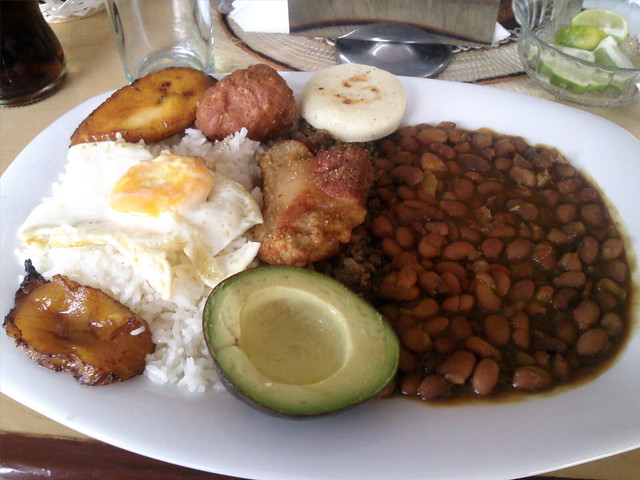 La bandeja de paisa comida colombiana flickr photo for Cocina colombiana