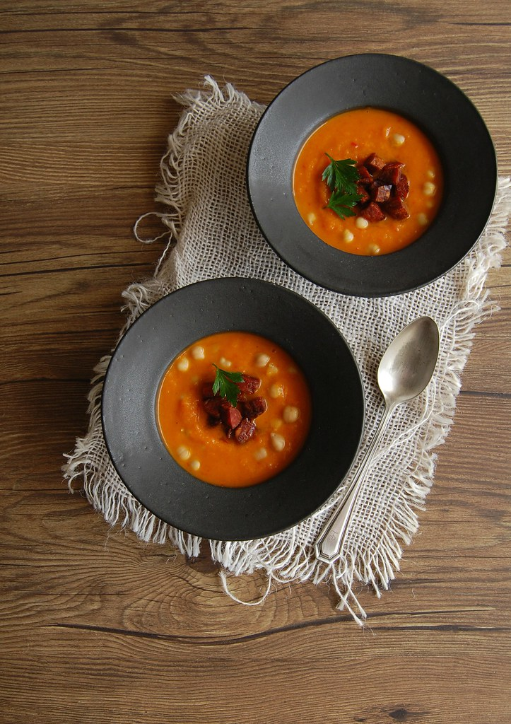 Roasted butternut squash, bell pepper and chickpea soup with chorizo / Sopa de abóbora assada, pimentão, grão de bico e chorizo