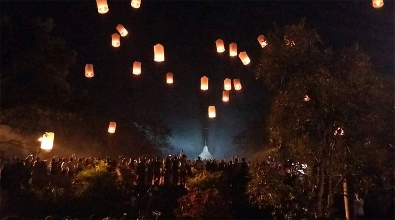 Pelepasan ribuan lampion saat perayaan peringatan Hari Trisuci Waisak 2561 EB di Candi Borobudur, Kamis (11/5/2017).