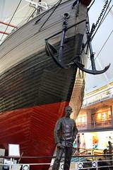 IMG_2544 Roald Amundsen statue and Fram