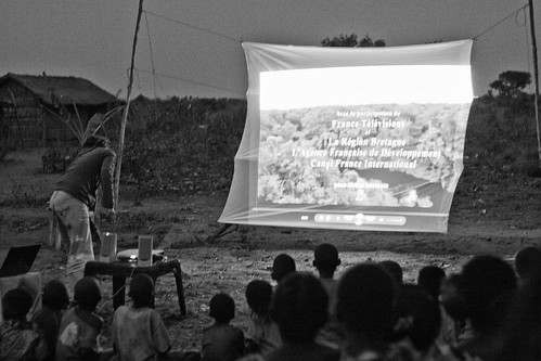 Projection cinéma dans la brousse / Film projection in the bush