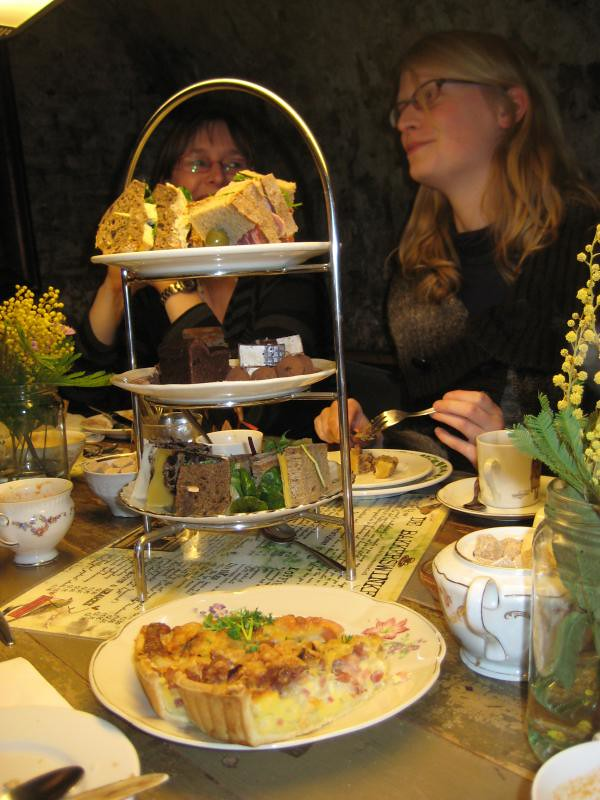Dutch Book Bloggers having afternoon tea