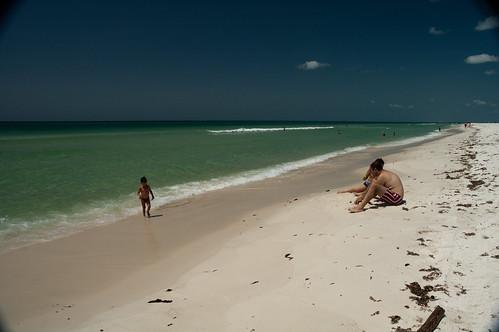 A brasarci sulla bianca spiaggia