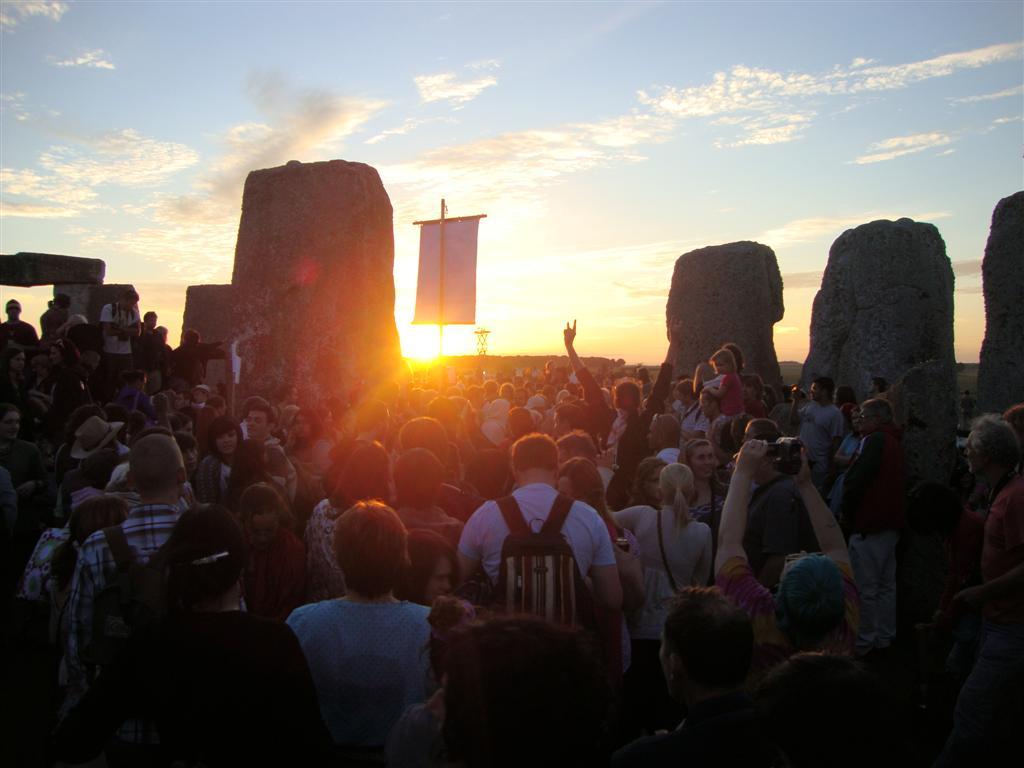 Gente dentro del círculo de piedras Stonehenge - 5065151919 bb5a900276 o - Stonehenge, el mágico día del Solsticio
