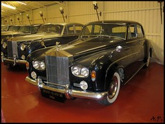 bentley s2(0.0), bentley s1(0.0), automobile(1.0), rolls-royce(1.0), rolls-royce phantom vi(1.0), rolls-royce phantom v(1.0), vehicle(1.0), rolls-royce silver cloud(1.0), antique car(1.0), sedan(1.0), vintage car(1.0), land vehicle(1.0), luxury vehicle(1.0),