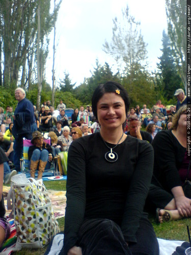 rachel waiting for bob dylan & john mellencamp @ edgefield   2010 08 29   DSC03641