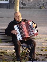 hand drum(0.0), accordion(1.0), folk instrument(1.0), garmon(1.0), wind instrument(1.0),
