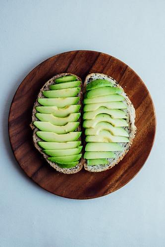 Tostada de Avocado com Ovo e Presunto Crocante