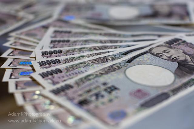 Кому нужна обесцененная японская валюта?