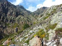 Remontée de la Haute Lonca : sur le sentier en traversée vers le verrou rocheux