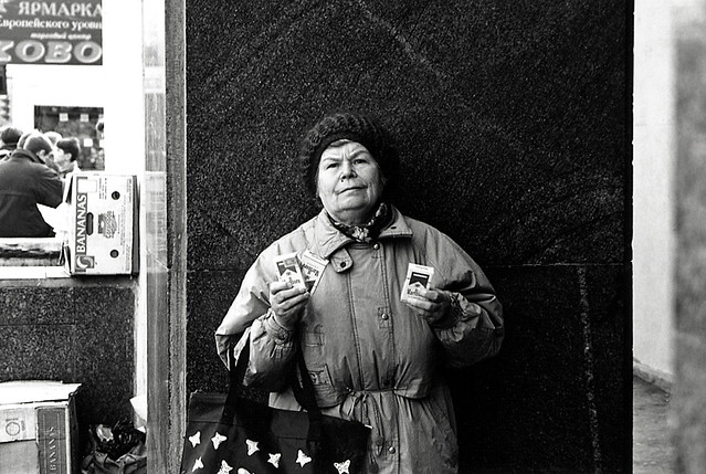 A woman selling cigarettes on the street in Moscow, Russia, in 1996 モスクワ、路上でマルボロを売る女性