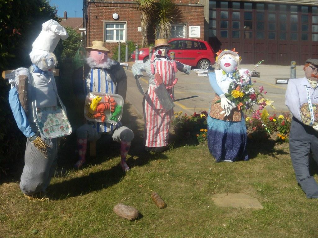 Scaretradespeople Battle Circular Scarecrow festival
