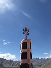 Bannière de victoire à la tête de mort au monastère de Yongbulakang (Tibet)