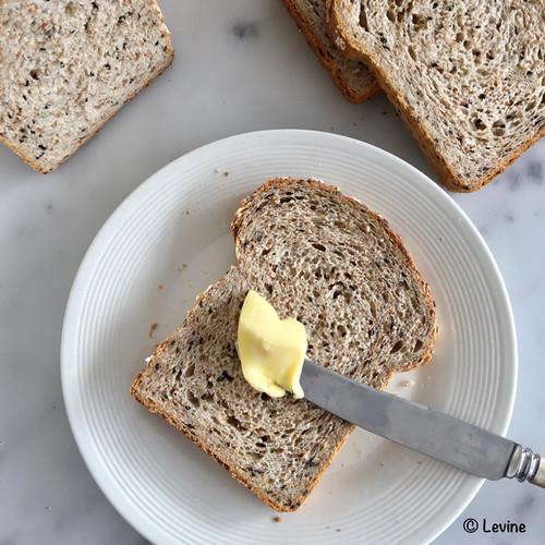 Lichtbruin brood met sesamzaad en vijfgranenvlokken – Versie 2