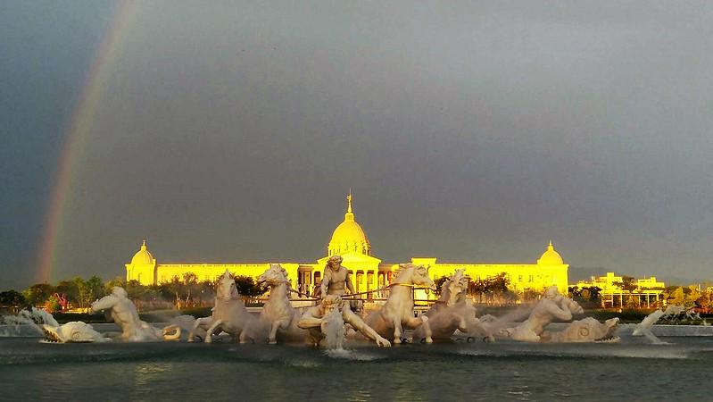 台南奇美博物館昨天傍晚因天象異變,變成純金博物館