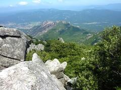 Sentier de montée Sud depuis Giannucciu : dans la zone des blocs dans le contournement Nord