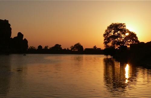 sunset sun india lake nature silhouette landscape temple evening karnataka badami alam pemandangan matahari danau agastya sekitar terbenam earthasia