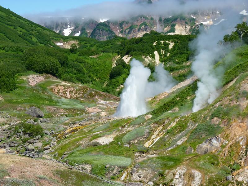 蒸気をあげるウゾン•カルデラの風景