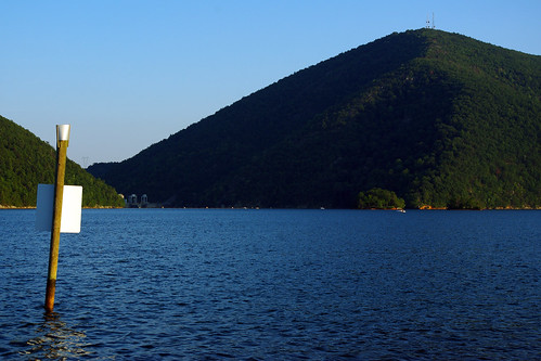 friends vacation lake reunion swimming virginia dock dam speedboat drinking houseboat togo peacecorps 2010 fot smithmountainlake friendsoftogo vacation2010p02