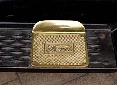 coin purse(0.0), handbag(0.0), leather(0.0), buckle(0.0), wallet(0.0), belt(0.0), yellow(1.0), metal(1.0), gold(1.0),