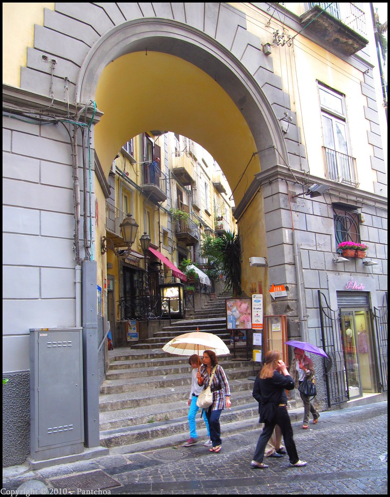 Naples :  Vicoletto Sant' Arpino / Via Chiaia
