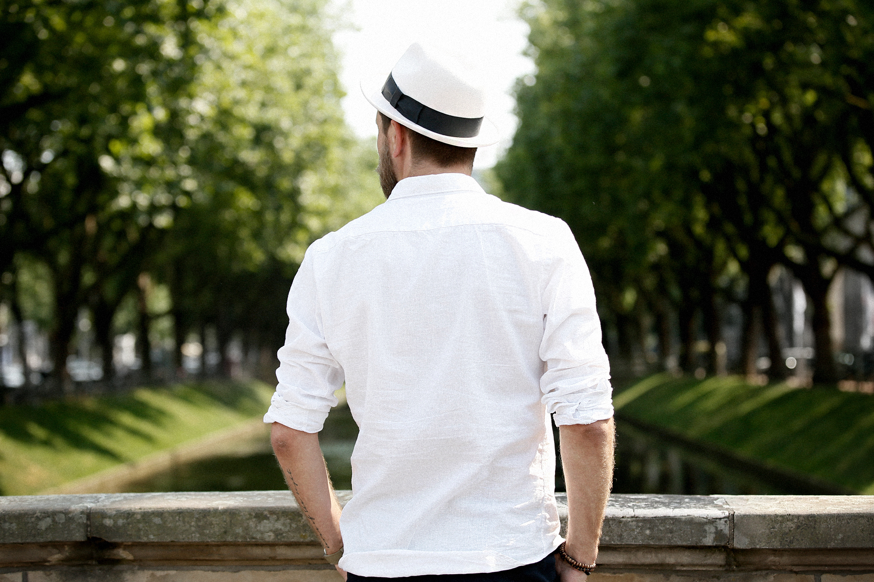 outfit white summer chic business sporty hat stetson zara man linen shirt elegant menlook menfashion manfashion beardedmen mann mit bart sacha schuhe leder schnürschuhe leather boots max bechmann style fashionblogger düsseldorf cats & dogs outfit 1