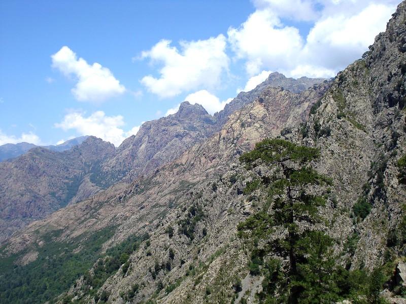 Sentier de la transhumance : vue des escarpements du Capu Tafunatu