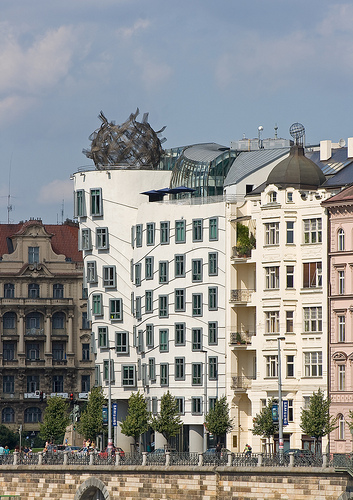 Nationale nederlanden building the dancing house for Nationale nederlanden oficinas