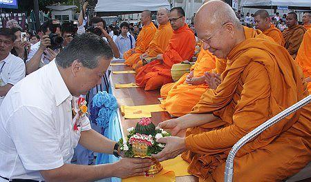 Berdana kepada Sangha Bhikkhu merupakan sarana untuk pelimpahan jasa kepada mendiang sanak keluarga.