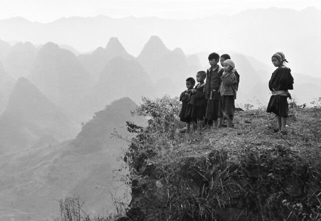 Yao children watching cars on a road built through the mountains, by An Ge 1982