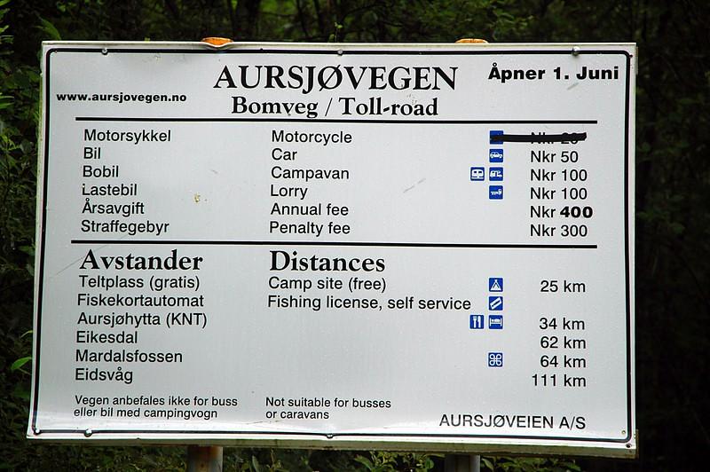 Toll signboard at Aursjovegen, Litledalen / Mauttafel