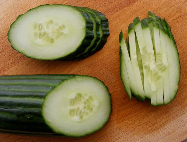 Hoe snijd je komkommer in luciferstokjes