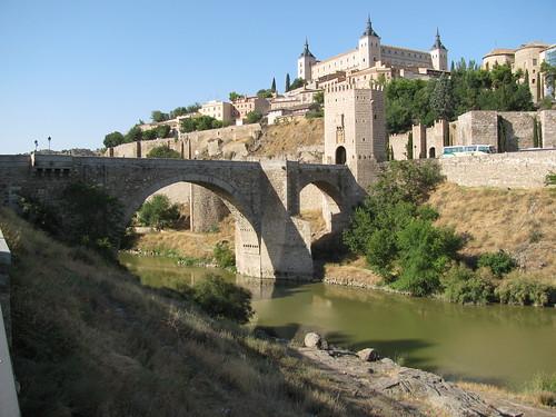 Toledo látképe lentről, fent az Alcazar