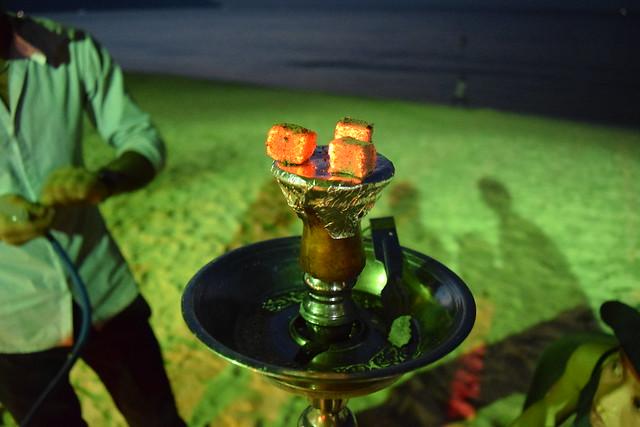 吸うと、上の炭から出た煙がツボの中のフレーバーを通って口に入ってくる。