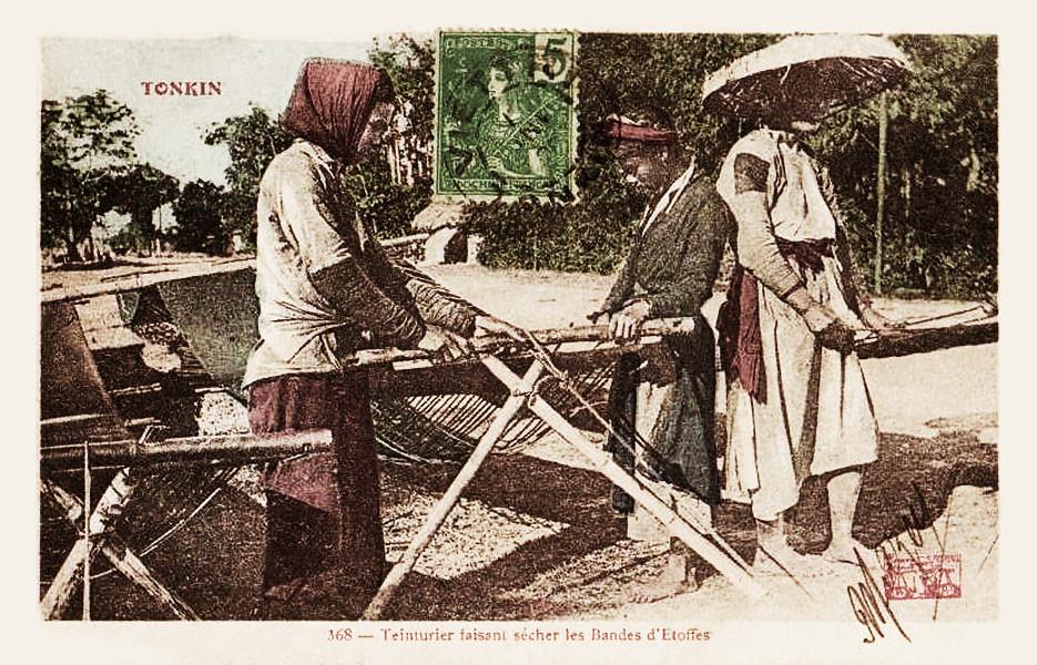TONKIN - Teinturier faisant Sécher les bandes d'Etoffes 1906
